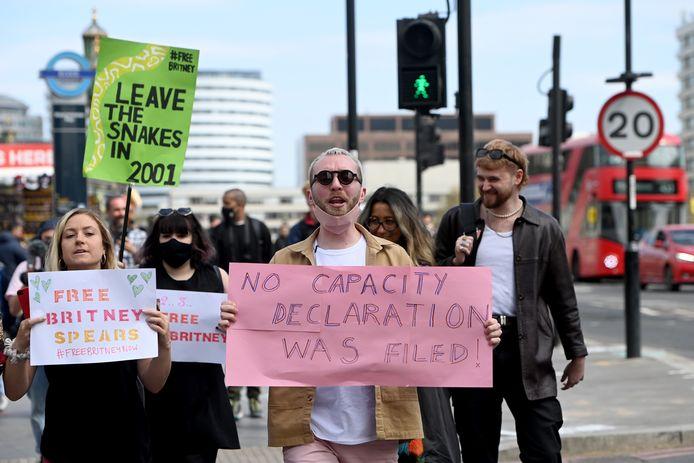 Fans van Britney Spears demonstreren in Londen. Zij vinden dat de vader van Spears' de controle over haar leven moet opgeven.