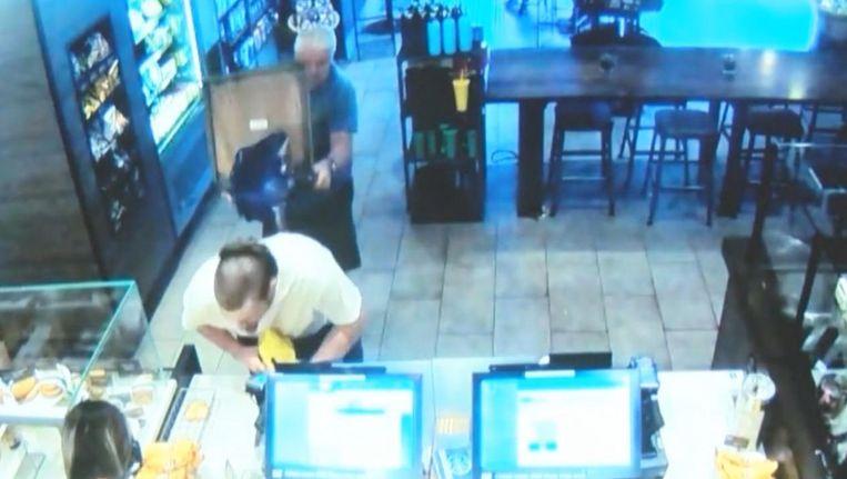 Cregg Jerri heeft de 30-jarige overvaller met een stoel aangevallen. Beeld Screenshot