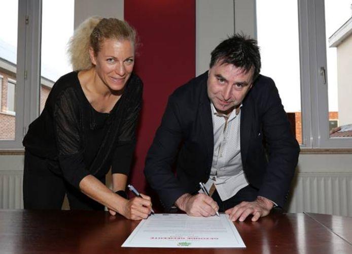 Barbara Specht van Logo Oost-Brabant en schepen Eddy Vandenbosch ondertekenden het charter.