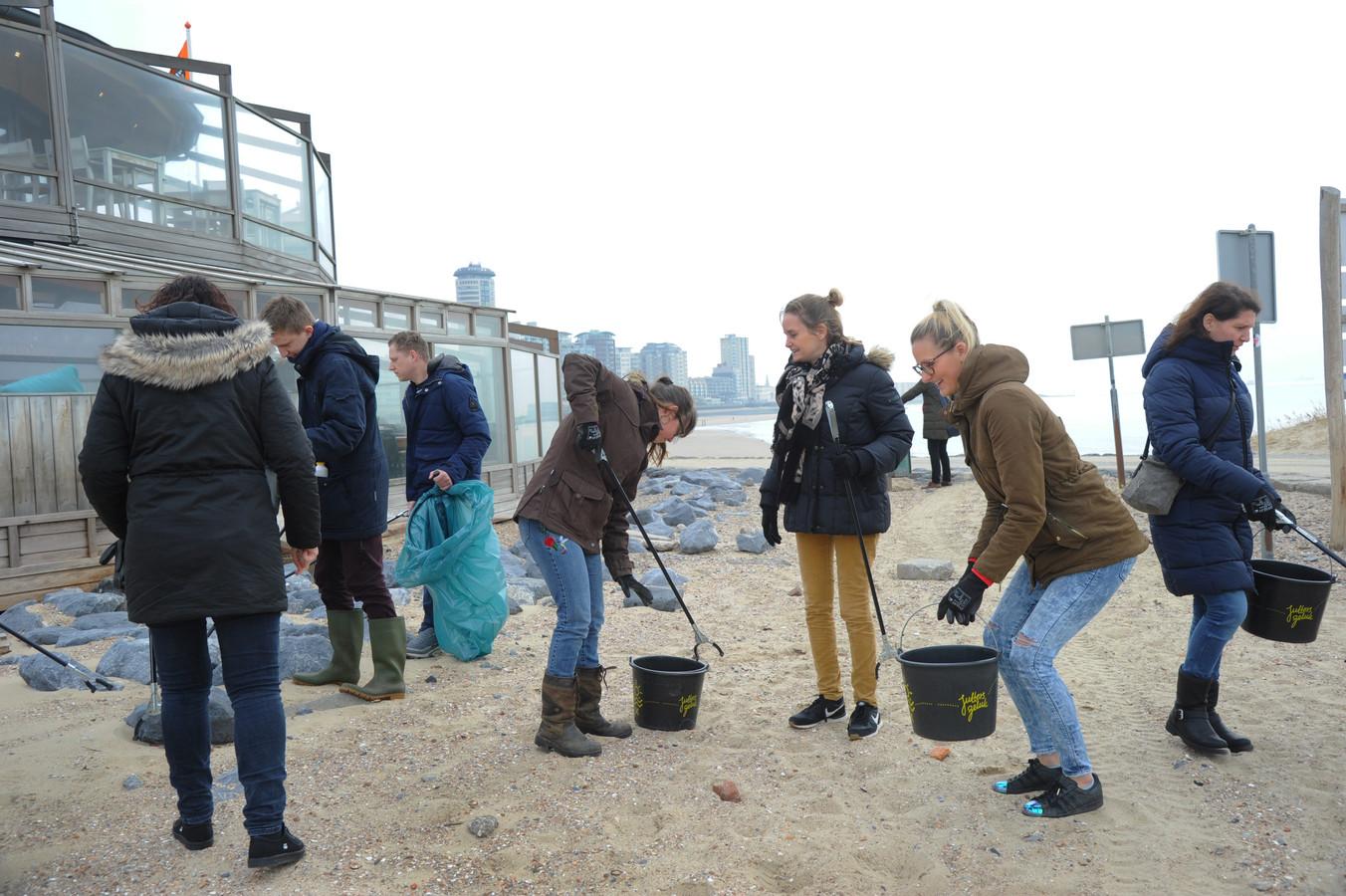 De medewerkers van Duinzicht Bijzonder gewoon hadden hun 'schoonmaakgereedschap' nog niet in handen of ze stortten zich al op het strandafval.-