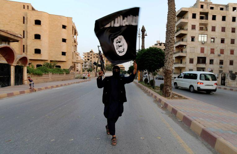 Een jihadi in de straten van het nu belegerde Raqqa. Ook Mounaim verbleef in de 'IS-hoofdstad'.Hij vluchtte toen hij werd gedwongen zich aan te sluiten bij een 'vrijwillig' zelfmoordcommando Beeld REUTERS