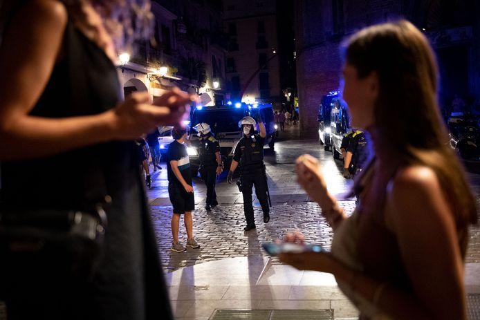 Des fêtards sommés de rentrés chez eux à Barcelone, le 17 juillet 2021.