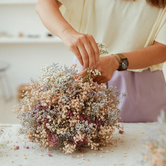 Bloemen droog je gemakkelijk zelf door ze in kleine bosjes op te hangen, het liefst op een donkere en (zeer) droge plek, zoals een trapkast of zolder.