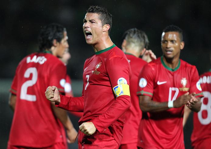 Cristiano Ronaldo viert een van zijn drie treffers tegen Noord-Ierland.