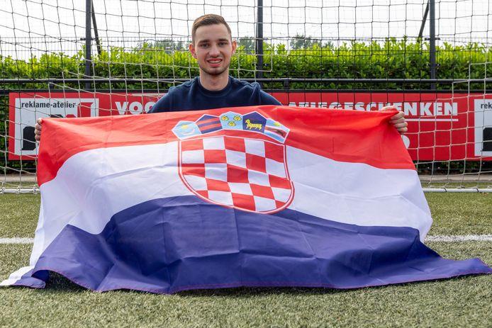 Sleeuwijk-voetballer Petar Micic met de vlag van Kroatië, het land van zijn vader.
