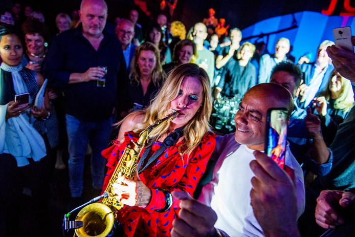Candy Dulfer tussen het publiek in actie tijdens JazzyTiel.