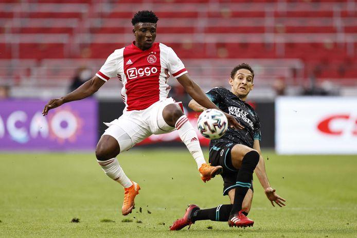 Olsak in duel met Mohammed Kudus van Ajax.