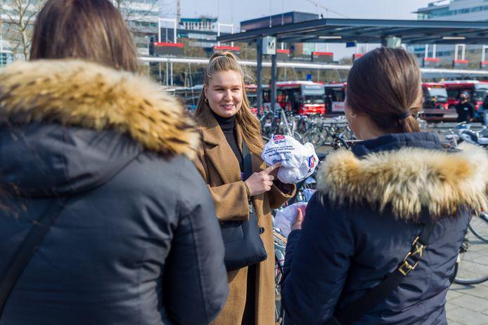 Een stagiaire van Dynamo Jeugdwerk deelt zadelhoesjes uit met daarop diverse quotes die hen bewust moeten maken van seksueel grensoverschrijdend gedrag