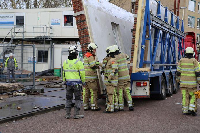 In Vinkeveen is vrijdagmiddag een bouwvakker overleden nadat hij bekneld kwam te zitten tussen twee betonnen muren.