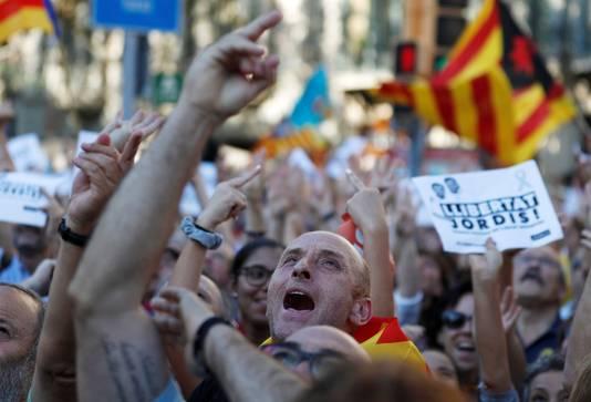 Catalanen protesteren tegen het ontslag van hun leiders Jordi Sanchez en Jordi Cuixart in Barcelona.