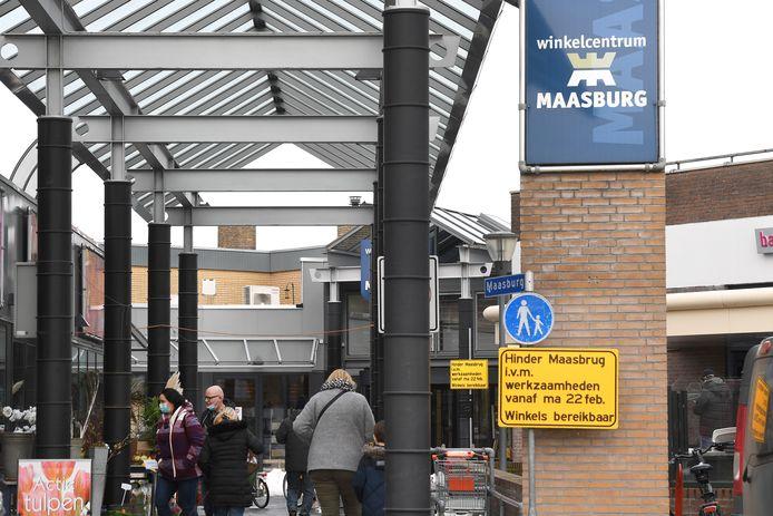 Het gele waarschuwingsbord met 'Maasbrug', in plaats van Maasburg erop, zoals het winkelcentrum heet.