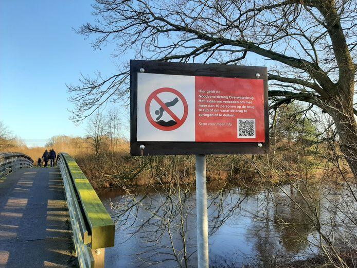 Springen of duiken vanaf een brug, zoals hier de Overwaterbrug bij Hellendoorn, is binnenkort niet meer toegestaan.
