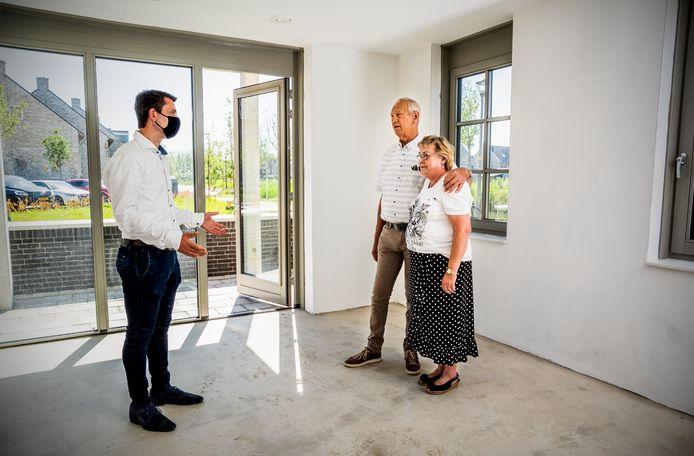 Sleutel overhandigd voor één van de 28 huurhuizen in de Waddinxveense woonwijk Park Triangel. Marrie en Arie de Vos (echtpaar) kijken in hun nieuwe woning. Foto: Frank de Roo