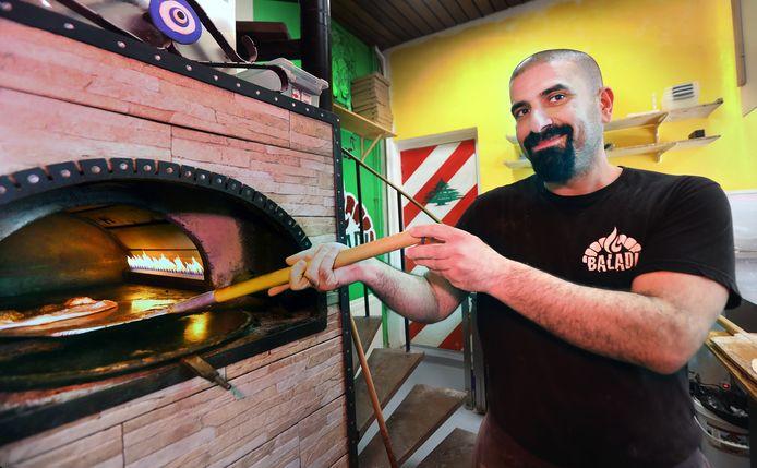 Ali Hodeib bij de oven van de Libanese eethuisje Baladi Manouche.