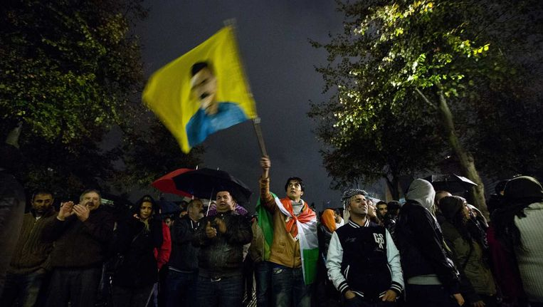 Koerden demonstreerden vannacht bij het gebouw van de Tweede Kamer tegen de belegering van de Syrische stad Kobani door Islamitische Staat (IS). Beeld anp
