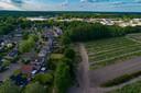 Links de huizen van de Europalaan in Epe. Het plan is dat door hun achtertuin op gemeentegrond de fietssnelweg F50 wordt doorgetrokken tot aan Industrieterrein Kweekweg, bovenin beeld.