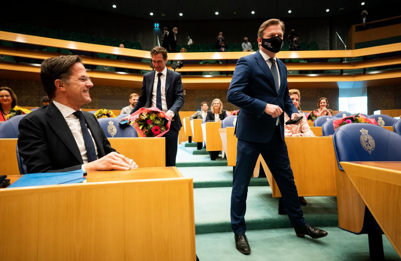 Mark Rutte (VVD) (l) en Pieter Omtzigt (r) voor aanvang van de beëdiging van de nieuwe Kamer.  Beeld Freek van den Bergh