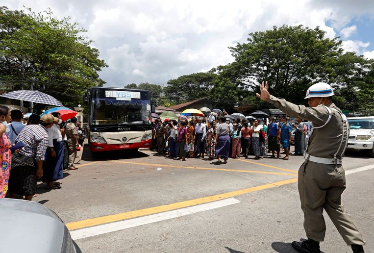 Een gevangenisofficier controleert het verkeer terwijl gevangenen worden vrijgelaten nadat ze amnestie hebben gekregen buiten de Insein-gevangenis in Yangon.  Beeld EPA