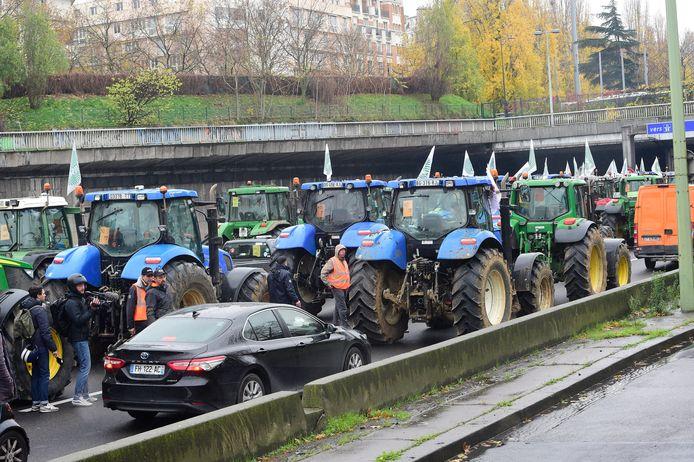 Zowat duizend tractoren reden deze ochtend al vanuit het noorden en het centrum van Frankrijk richting Parijs, met zware hinder op de snelwegen tot gevolg.