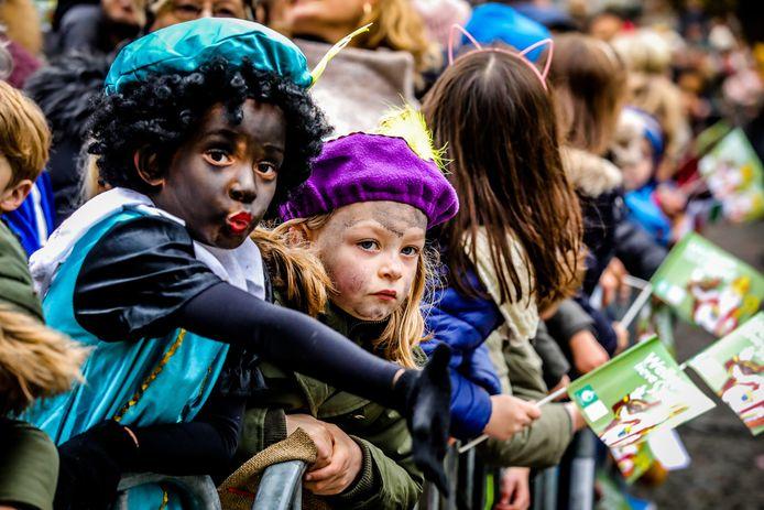 Veel kinderen waren verkleed als Zwarte Piet.