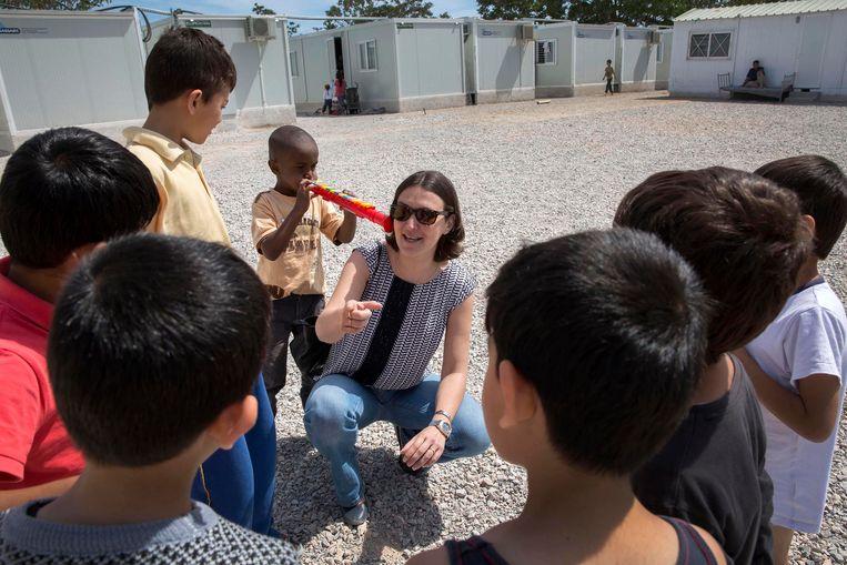 Turkije-rapporteur Kati Piri april vorig jaar tijdens bezoeken aan het officiële vluchtelingenkamp Eleonas bij Athene (boven) en aan het niet-officiële vluchtelingenkamp bij Idomeni aan de Griekese grens met Macedonië. Beeld werry crone