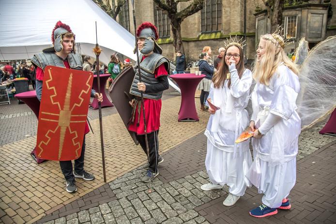 Engelen en Romeinse soldaten tijdens het Kerst Event Zwolle in 2017.