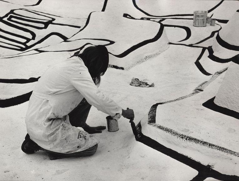 Met een kwast worden de kilometers aan lijnen geschilderd.  Beeld Fondation Dubuffet