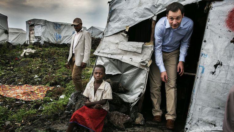 Minister Alexander De Croo in een vluchtelingenkamp in Mugunga. Beeld Tim Dirven