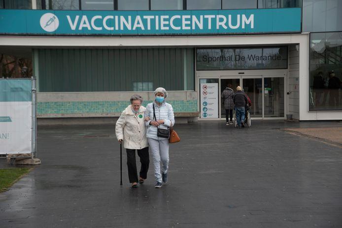 Donderdag was de eerste grote vaccinatiedag voor de oudere bevolking in De Warande in Wetteren.