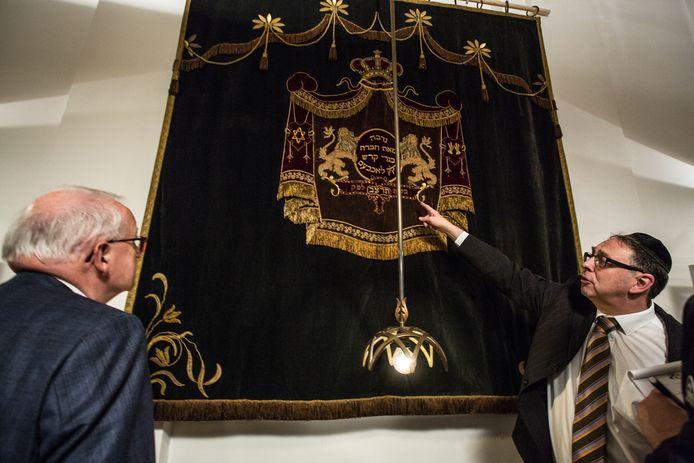 """De Stichting """"Synagoge Lochem"""" onthulde een joods gordijn."""