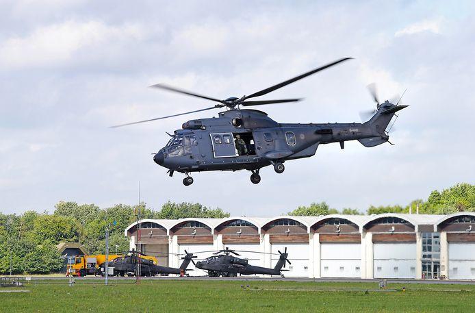 Een opstijgende helikopter bij luchtmachtbasis Gilze-Rijen. De piloten vliegen vaak s'avonds over Sprang-Capelle.