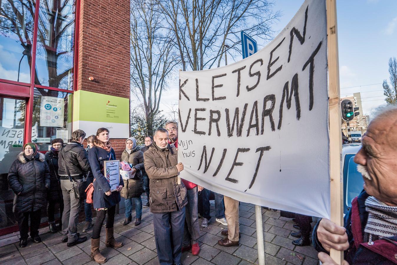 SP-raadslid Lieke van Rossum (links met bord) is sceptisch over de plannen voor sociale huurwoningen van Delft.