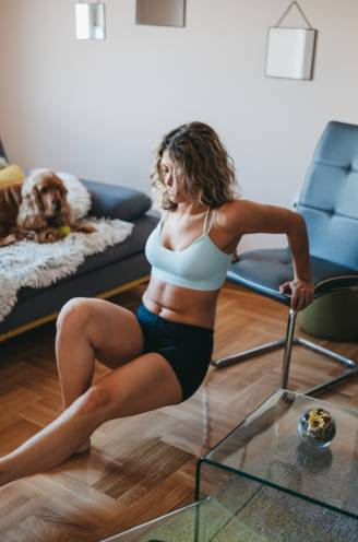Zo blijf je fit door een paar minuten per dag te sporten: trainer Gudrun Hespel toont hoe het moet