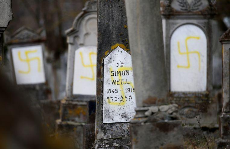 Tachtig graven van de joodse begraafplaats in de gemeente Quatzenheim in de buurt van Straatsburg in Frankrijk werden geschonden.  Beeld REUTERS