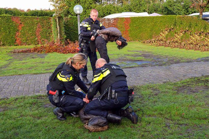 De politie arresteert twee verdachten bij de oefening in Borkel en Schaft.