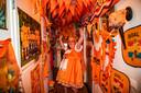 Kirsten van Broekhuizen is supertrots op haar oranje jurk. Die past mooi in de gang die ook compleet oranje is