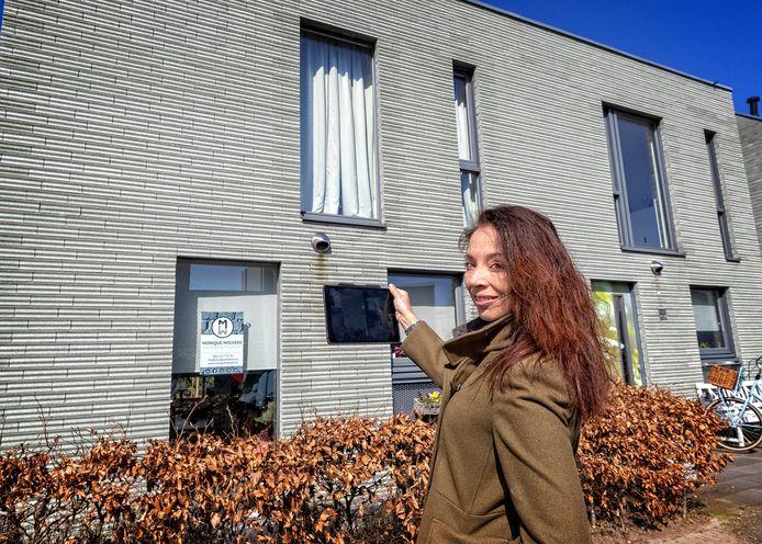 Monique Wolvers is aankoopmakelaar en gebruikt een iPad voor haar controles.