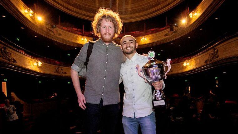 De winnaars van het Leids Cabaret Festival: grote favoriet Kasper van der Laan ontving de publieksprijs, Farbod Moghaddam kreeg zaterdag de juryprijs. Beeld Martin Oudshoorn