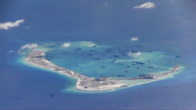 Chinese schepen op een van de gecontesteerde eilanden. Beeld REUTERS