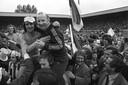 Willy van der Kuijlen en trainer Kees Rijvers gaan de lucht in nadat PSV op 1975 voor het eerst sinds 1963 weer landskampioen wordt. Skiete Willy leverde daar met 28 doelpunten in 32 wedstrijden een wezenlijke bijdrage aan.