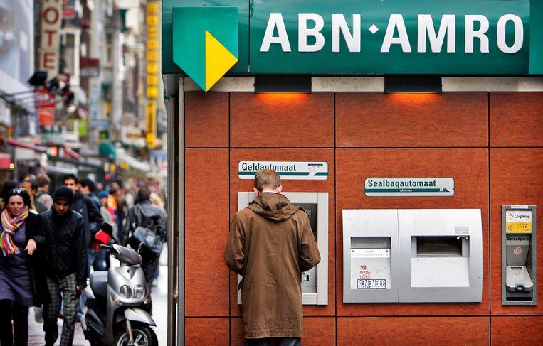 Banken brengen steeds vaker kosten in rekening voor het contant geld pinnen. Beeld ANP