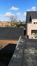 De dakwerker was net een plat dak aan het afwerken toen hij de man om hulp hoorde roepen.