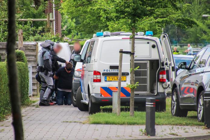 Het moment waarop de politie de verdachte van de dodelijk steekincident aan de Korte Achterzijde in Emmeloord inrekent. Verdachte werd aangehouden bij zijn woning in de Leemansstraat, ook in Emmeloord.