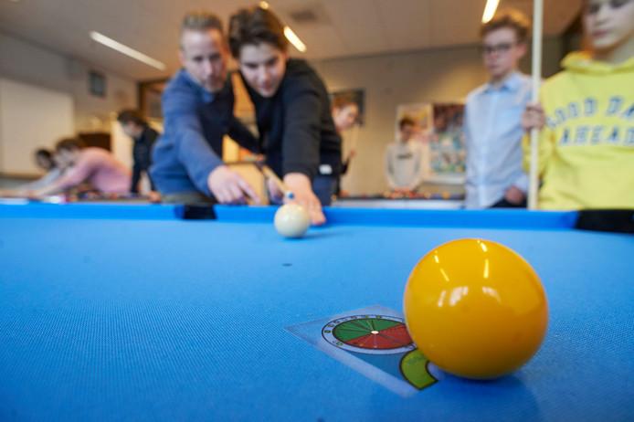 Erik van Haren zoals hij wiskundeles geeft aan slimme pooltafels in Boxmeer