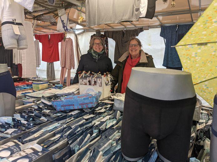 """Leslie Allen (links) en Helma van Eyl uit Oosterhout staan weer met hun kraam Underwear Everywhere op de markt in Zevenbergen. ,,Dit is een van de positiefste markten die wij kennen."""""""