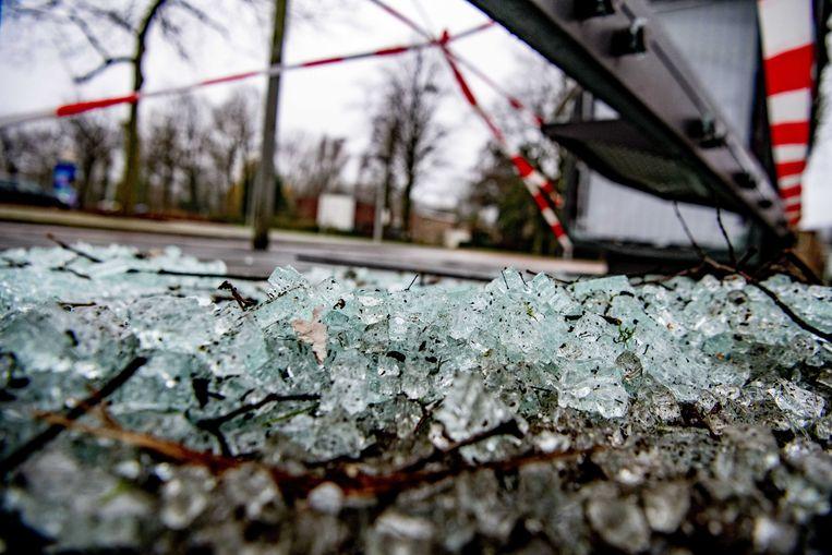 Een door vuurwerk vernield bushokje. Tijdens de jaarwisseling is op z'n minst voor 15 miljoen euro schade aangericht aan huizen en auto's.  Beeld ANP