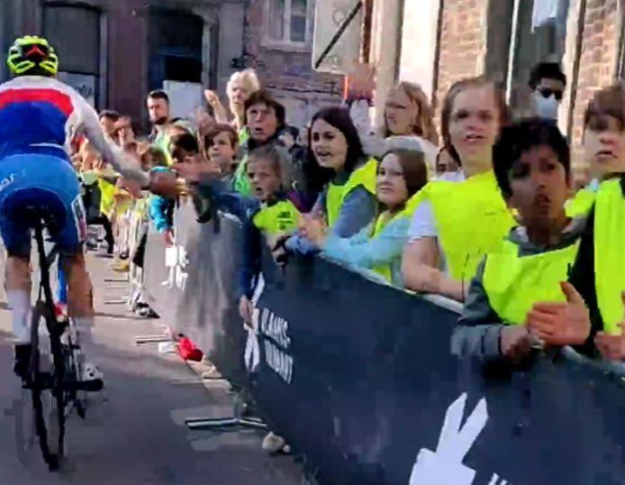 Enkele renners gaven de kinderen ook een handje.
