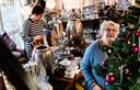 Vrijwilligers Monica Kok (l, 58) en Corrie Maat (r, 78) in de kersthoek van kringloopwinkel de Bob Shop in Molenaarsgraaf.