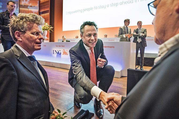 Ralph Hamers geeft een aandeelhouder een hand. Beeld Guus Dubbelman / de Volkskrant