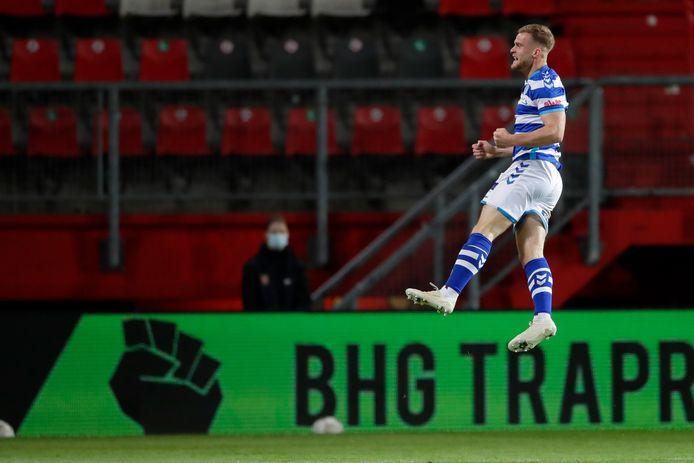 Joey Konings bejubelt de 0-2 in Enschede.